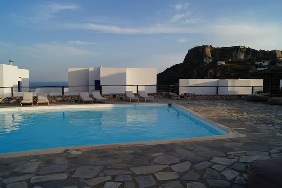 El Sol Hotel : The pool and bar area overlooking Hora and outer Kapsali Bay