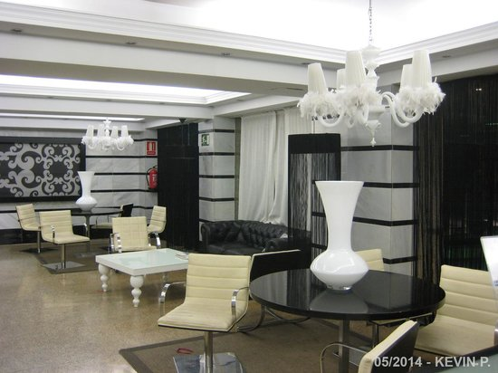 Vincci Granada Hotel: Salon face à la réception