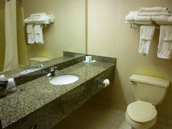 Comfort Suites: Bath with plenty of towels