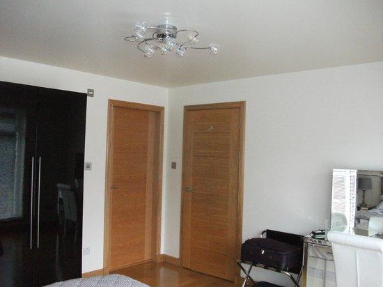 Myrtle Bank Guest House : bedroom lighting