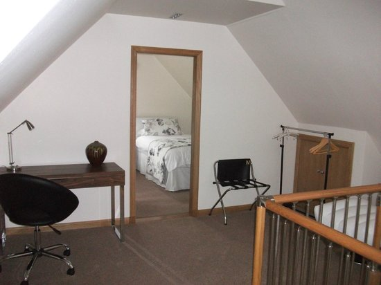 Myrtle Bank Guest House: Upstairs lounge looking into second bedroom