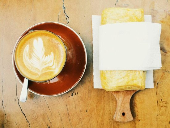 Giyanti Coffee Roastery: Hot latte and apple pie