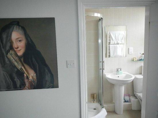 2 Crescent Gardens: Bathroom w/shower, toilet and sink