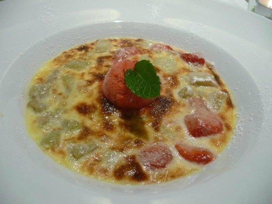 Hotel Gasthof Vier Lowen: Köstliches Dessert mit Erdbeeren und Rhabarbar