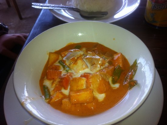 A.M.D Restaurant: Best red curry and tofu I have ever had. Better with tofu!