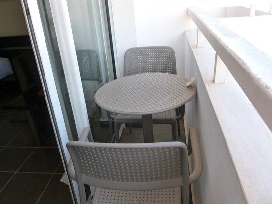 Royal Decameron Tafoukt Beach Hotel : Balcon:obligé de monter sur la table pour pouvoir s'asseoir!