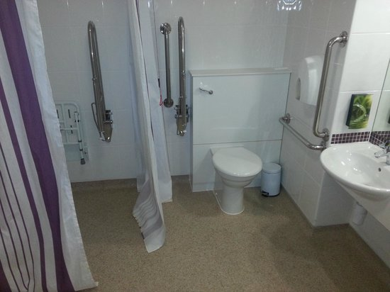 Premier Inn London Gatwick Airport (North Terminal) Hotel: large bathroom