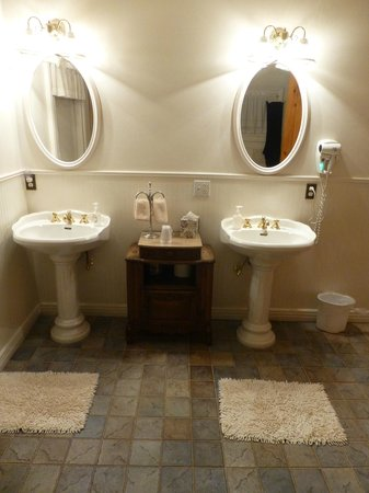 Heritage Inn Bed and Breakfast: Lincoln Presidential Suite bathroom has deep, jetted tub