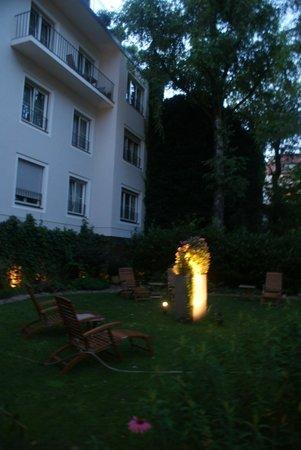 Hotel&Villa Auersperg: Jardín del hotel al anochecer