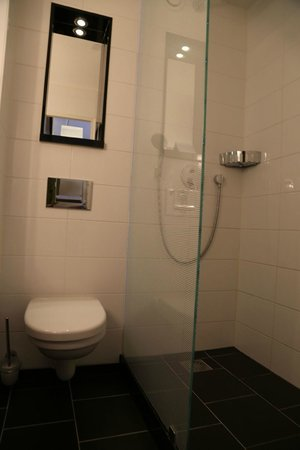 Carlton Square Hotel: Shower