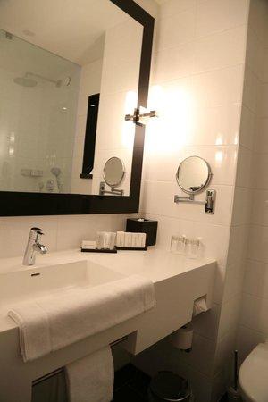 Carlton Square Hotel: Modern bathroom.