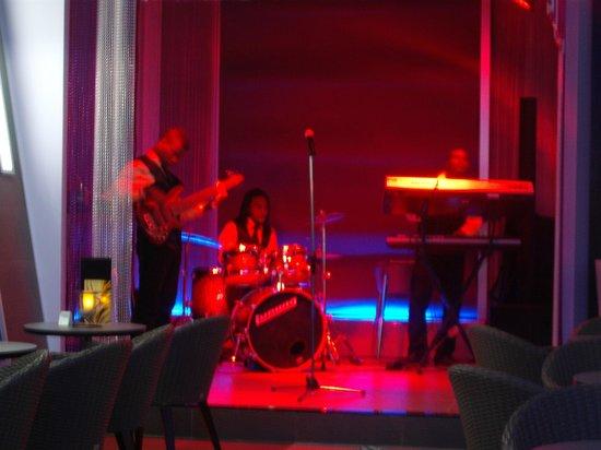 Hotel Riu Palace Jamaica: espectaculo en bar...
