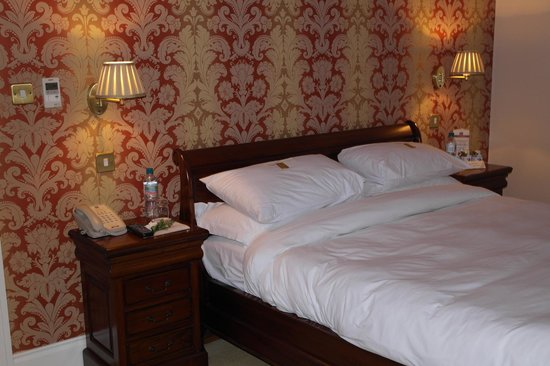 The Clarence Hotel: Beautifully comfortable bed with luxurious feel bedding