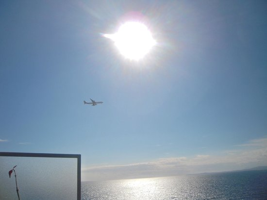 Hotel La Perouse: Plane flying by