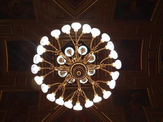 Hungarian State Opera House (Magyar Allami Operahaz) : Magnifique lustre.