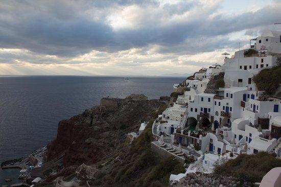 Oia Mare Villas : Hotel and cliff