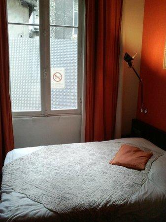 Le Latino Cafe Hotel : lit de la chambre