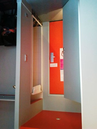 Le Latino Cafe Hotel : douche et salle de bain séparé dans chambre