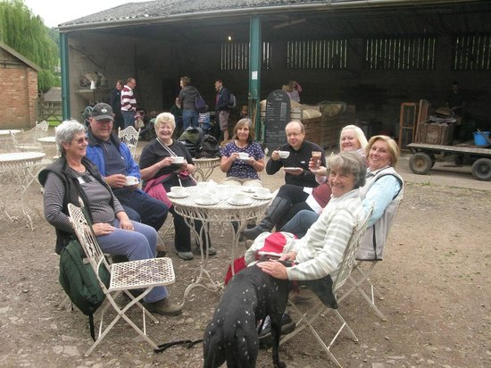 Stonehurst Family Farm and Museum: Alfresco coffee with friends. A welcome break during a country walk.
