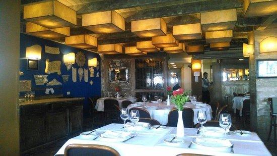 Don Camillo : Interior com decoração rustica.