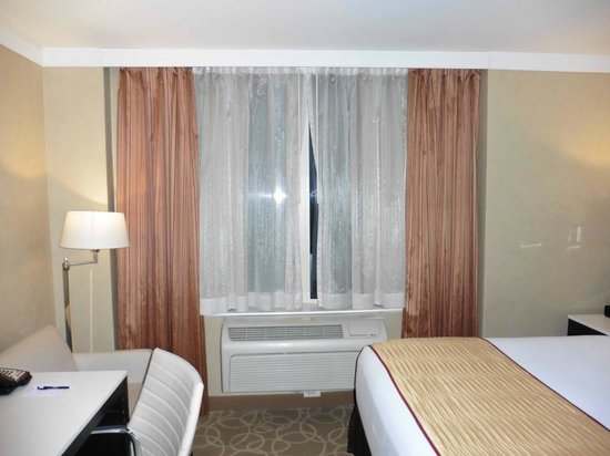 Staybridge Suites Times Square - New York City : Window and Air Con unit