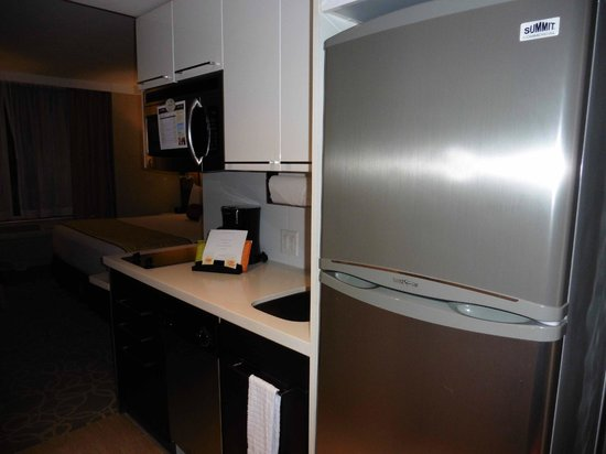Staybridge Suites Times Square - New York City : Kitchenette, micriwave, cooker, sink, coffee maker, washing machine
