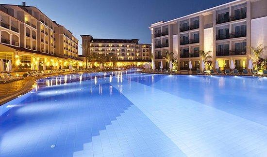 Paloma Oceana Resort: Pool am Haupthaus mit Blick auf die beiden Haupthaus Blöcke, rechts der extra Block mit Familien