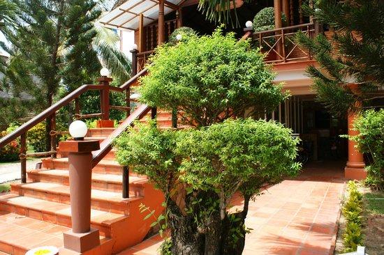 Little Mui Ne Cottages : вход в ресторан и ресепшн