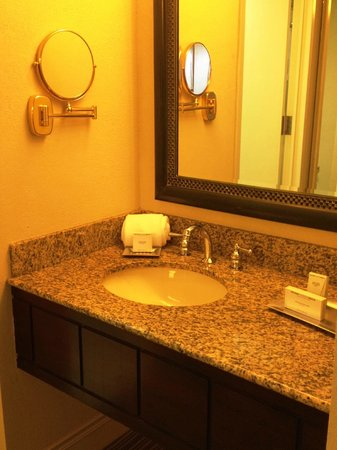 Hilton Orlando Lake Buena Vista - Disney Springs™ Area: Bathroom sink area