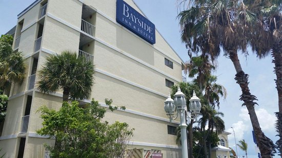 Key West Bayside Inn & Suites: The hotel, outside shot