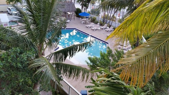 Key West Bayside Inn & Suites: The pool view from our balcony