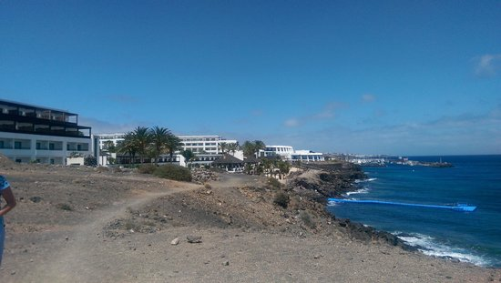 Hesperia Lanzarote: View of hotel from nearby walk