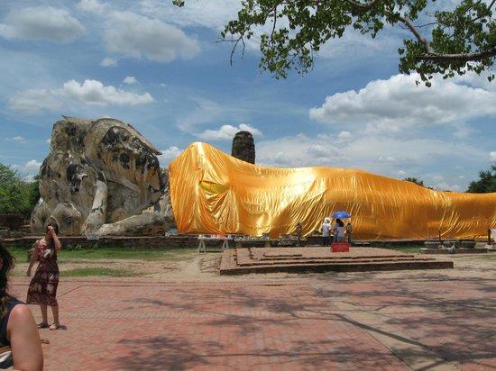 Temple of the Reclining Buddha (Wat Lokayasutharam) : Buddha sdraiato