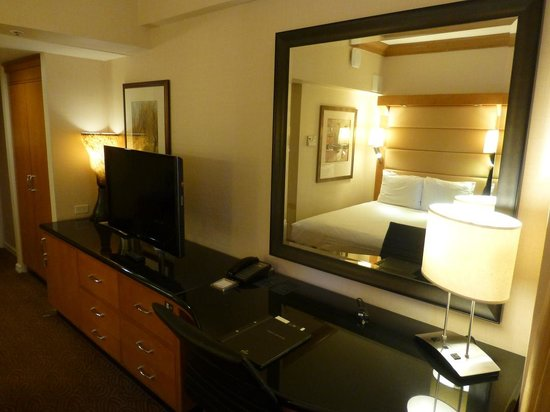 New York Hilton Midtown: TV and desk area