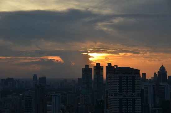 Marriott Executive Apartments Bangkok, Sukhumvit Thonglor : Sunsets from Roof Top Bar on Floor 49