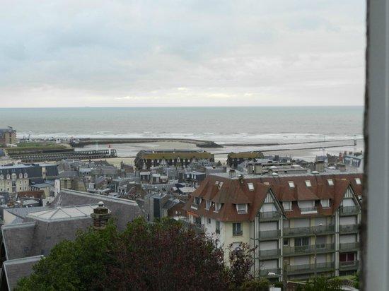 Le vieux Logis : Vue de la maison sur Deauville, Trouville et la mer..