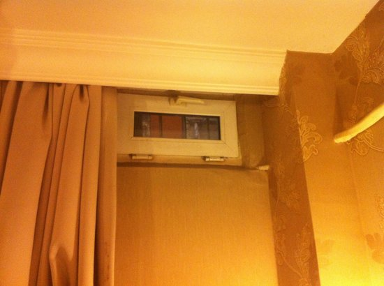 Diva's Hotel: Tiniest window in Istanbul