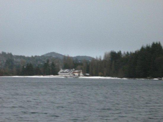 Hosteria El Retorno : Vista do Hotel contornando o lago, caindo neve