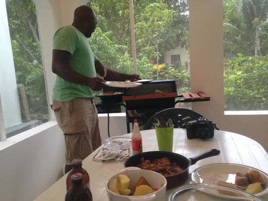 JuJu Tours: Richie (JuJu's guide) serving delicious lobster at Blossom's villa