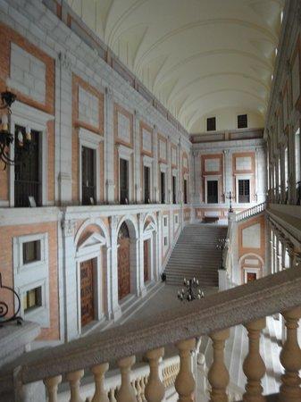 Patio imperial escaleras fotograf a de alc zar museo for Escaleras toledo