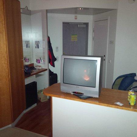 Quality Hotel Globe: Röhren-TV und Eingang