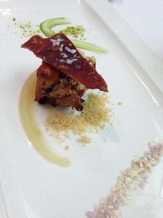 La Prensa: cochinillo asado sobre pure de manzana con sal de vino y chocolate blanco y polvo de pistacho