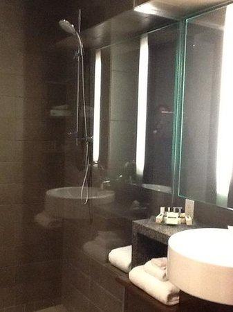 Hôtel 71 : Salle de bain moderne et pratique. Très propre.