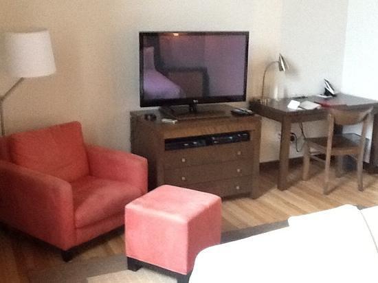 Hôtel 71 : Chambre de base. Grande et bien équipée. Plancher de bois!