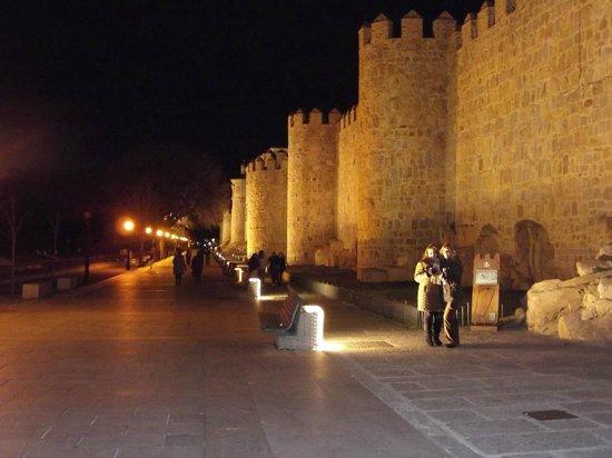 The Walls of Avila : murallas de Avila de noche