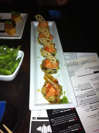 RA Sushi Bar Restaurant : Nos lo hizo con salmón en vez de cangrejo