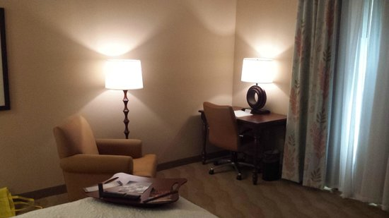 Hampton Inn New Smyrna Beach: Comfy desk/reading area