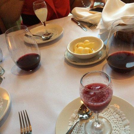 Restaurant a L'Imparfait : Trou Normand. Leur nouveaux verres à vin, parfait pour bien faire respirer notre vin permettant