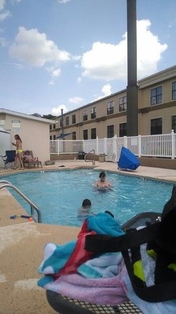 Travelodge Perry GA: Fun at pool