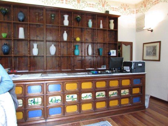 Hotel Garden: Front desk